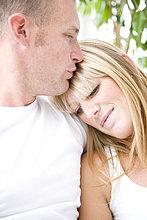 Mann küssen Womans Stirn