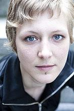 Junge Frau mit Piercing, Portrait
