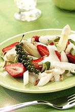 Salat aus weißem Spargel, Erdbeeren, grünem Pfeffer and Pinienkernen