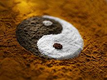 Yin und Yang aus Gewürzen und Zucker