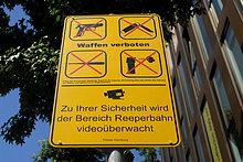 Waffenverbotsschild auf der Reeperbahn in Hamburg, Deutschland, Europa