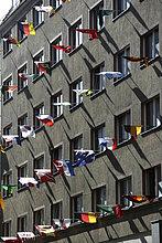 Haus mit vielen Länderflagge als Dekoration in der Reichsstraße, Leipzig, Sachsen, Deutschland