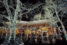 Illuminierte Bäume vor dem Traditionsrestaurant Tavern on the Green, Central Park, New York City, USA