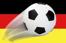 Ein Fußball fliegt im Bogen durch die Luft vor einer Deutschlandflagge - Serie
