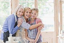 Glückliche Großmutter, Mutter und Enkelin umarmen sich