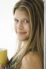 Junge Frau mit Kaffee, Portrait