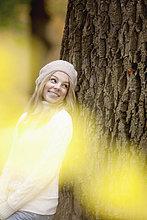 Porträt von Teenagerin an Baum gelehnt