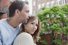Deutschland, Paar auf dem Balkon entspannen, wegschauen