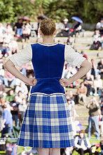 Schottische Tänzerin vor Publikum, Pitlochry, Schottland