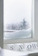 Snow Drift gegen ein Fenster in der Nähe von Schnee cubes