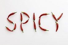 Schriftzug SPICY aus roten Chilischoten
