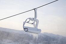 Sessellift voller Schnee und Eis