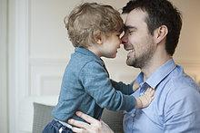 Vater und Kleinkind Sohn nuzzling