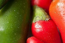 Grüne und rote Chilischoten, full-frame
