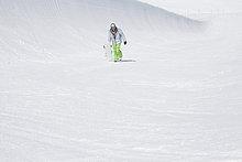 Snowaboarder Wandern in den Bergen