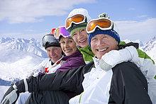 Porträt von lächelnden Paaren auf dem verschneiten Berg