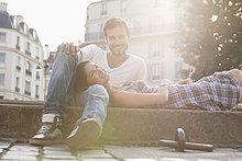 Woman lying on Runde eines Mannes an der Kante eines Kanals, Paris, Ile, Frankreich