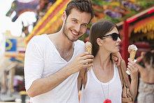 Paare essen Eis, Paris, Ile-de-France, Frankreich