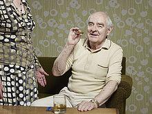 rauchen,rauchend,raucht,qualm,qualmend,qualmt,sitzend,Senior,Senioren,Mann,Zigarre,Couch