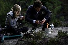 Junges Paar mit Campingkocher