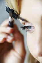 Nahaufnahme der Reife Frau Pflege Augenbrauen