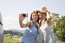 zwei Frauen, die die Selbstporträt mit Digitalkamera