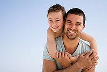 Vater und Sohn umarmen