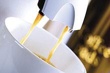 Espresso läuft in Kaffeetasse