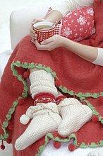 Frau trägt Woolen Socken lying on Couch mit Tasse Tee