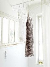 Zwei Nachthemden hängen im Badezimmer