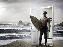 Mann aus Tür am Strand