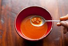 Woman holding Löffel Suppe mit Buchstaben Liebe