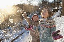 Junge und Mädchen beim Schneewerfen