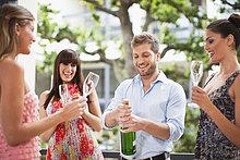 Zusammenhalt ,Freundschaft ,trinken ,Champagner