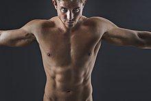Muskulöser Mann mit ausgestreckten Armen, Portrait