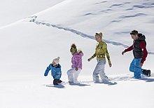 Familie geht durch Schnee