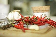 Frische rote Chilischoten und Knoblauch