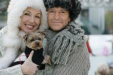 reifes Paar hält eine Yorkshire-Terrier