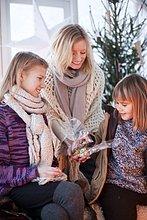 Geschenk,Frau,geben,Weihnachten,Mädchen,Treibhaus