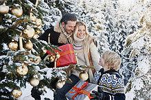 Österreich, Salzburger Land, Familie feiert Weihnachten im Schnee