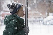Europäer ,Junge - Person ,Stange ,lecken ,Metall ,Schnee