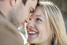 Nahaufnahme eines sich zugewandten Paares