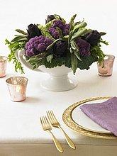 Dekorativer Gemüsestrauss mit violettem Blumenkohl und Artischocken