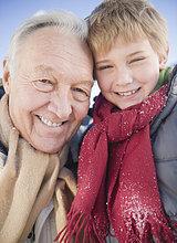 Portrait ,Winter ,Enkelsohn ,Großvater ,5-9 Jahre, 5 bis 9 Jahre