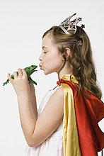 Studioaufnahme ,küssen ,Kleidung ,Prinzessin ,Frosch ,5-9 Jahre, 5 bis 9 Jahre ,Mädchen