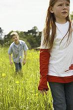 gehen ,Junge - Person ,Feld ,Mädchen