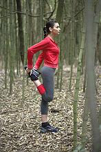 Menschlicher Oberschenkel ,Frau ,strecken ,Wald ,jung