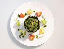 Artischocke mit Tomaten und Pesto