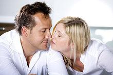 Deutschland, Mittleres erwachsenes Paar berührt die Nase