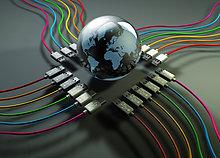 Globus in der Mitte von bunten USB-Kabeln
